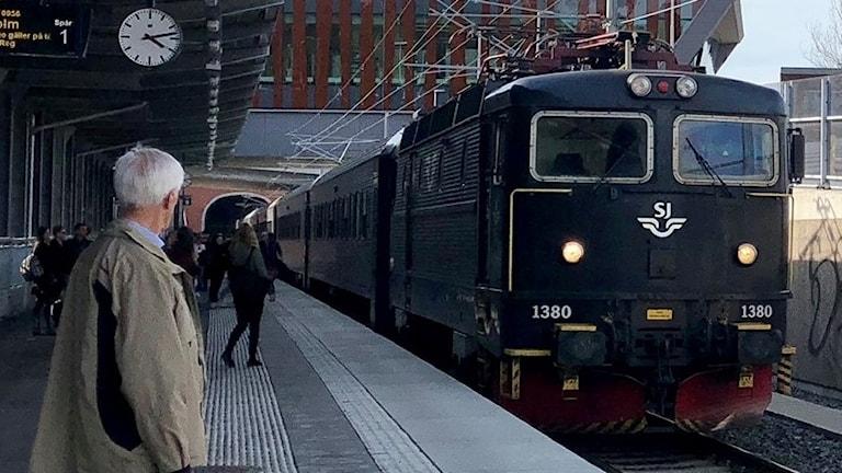 Tåg som rullar in på station