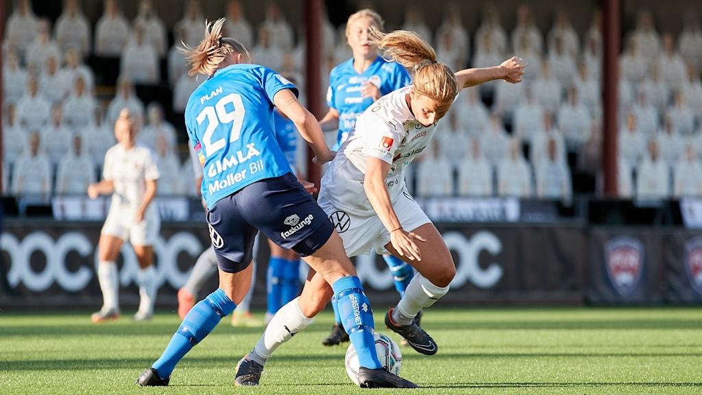 Eskilstunas Matilda Plan och Rosengårds Jelena Cankovic. Foto: Anders Bjurö/TT.