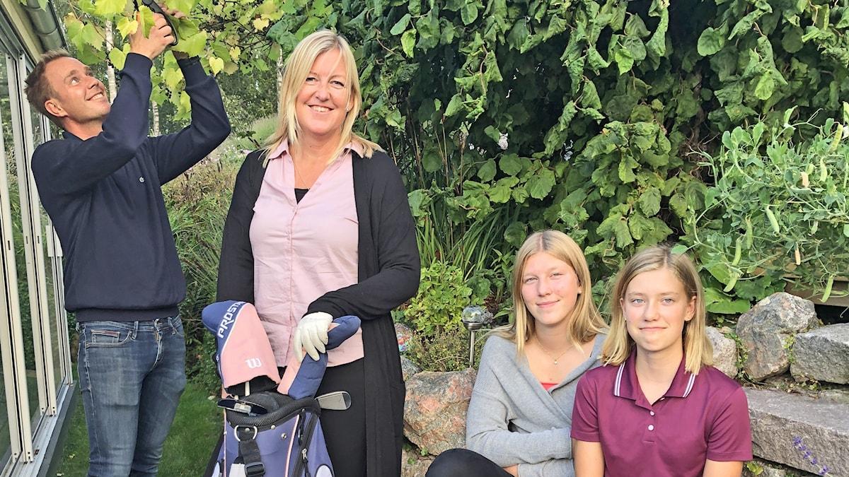 Bianca Schütze med familjen i trädgården.