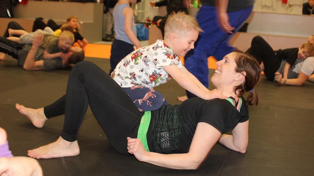 Qina Lindström och sonen Adrian på judoträning
