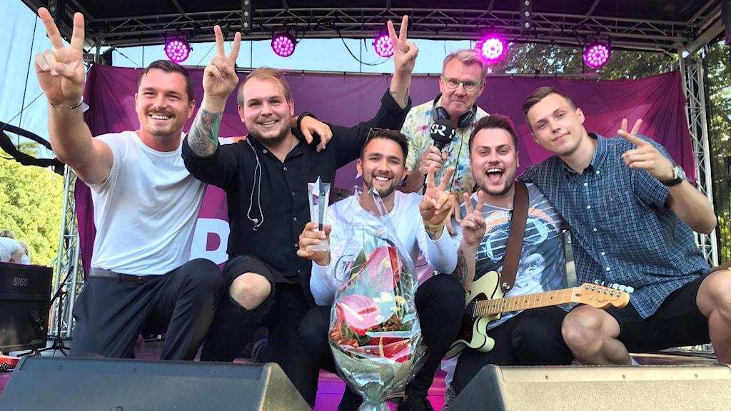 Eskilstunabandet Cavalane och P4 Sörmlands programledare på scen.