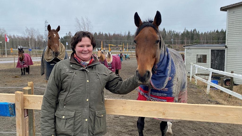 Heléne Terning, ridskolechef vid Stjärnholms ryttarförening, står vid hästhagen.