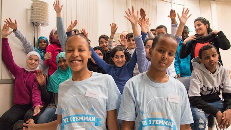 Suheyb Ibrahim och Beminet Kasahun framför Söderskolans klass 5A.