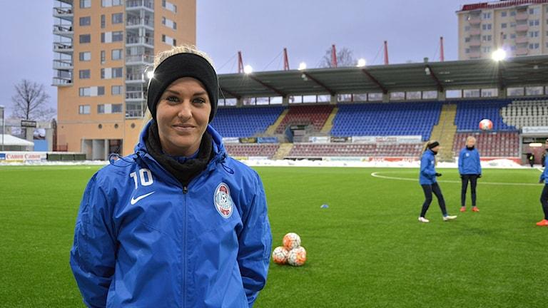 Fotbollsspelaren Olivia Schough står på planen.