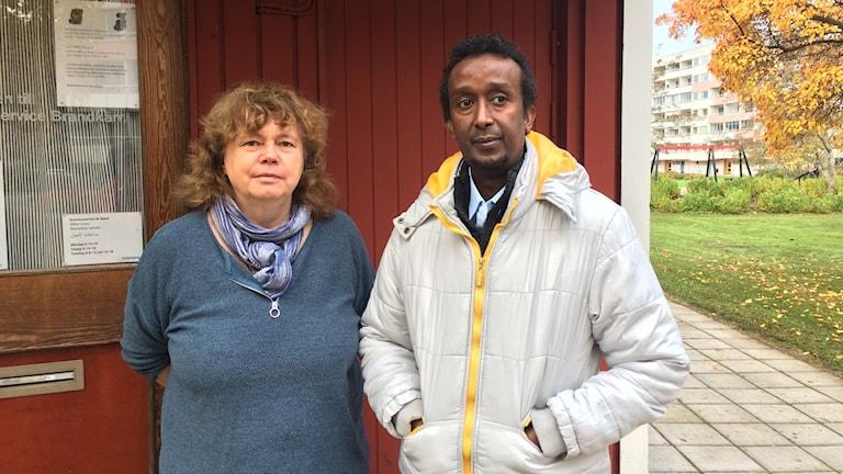 Helena Karlsson och Mahad Shejkh Abdirahman på kommunservice i Brandkärr i Nyköping.