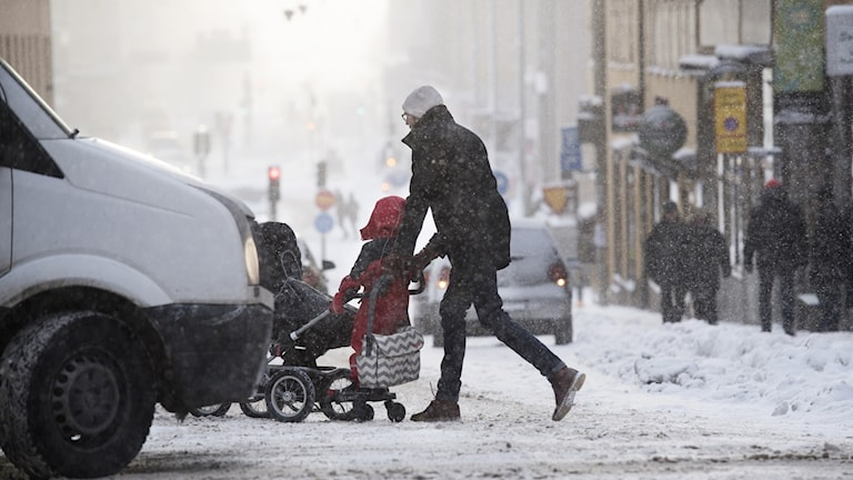 En pappa med barnvagn på Götgatan en vinterdag med mycket snö Foto: Fredrik Sandberg/TT.