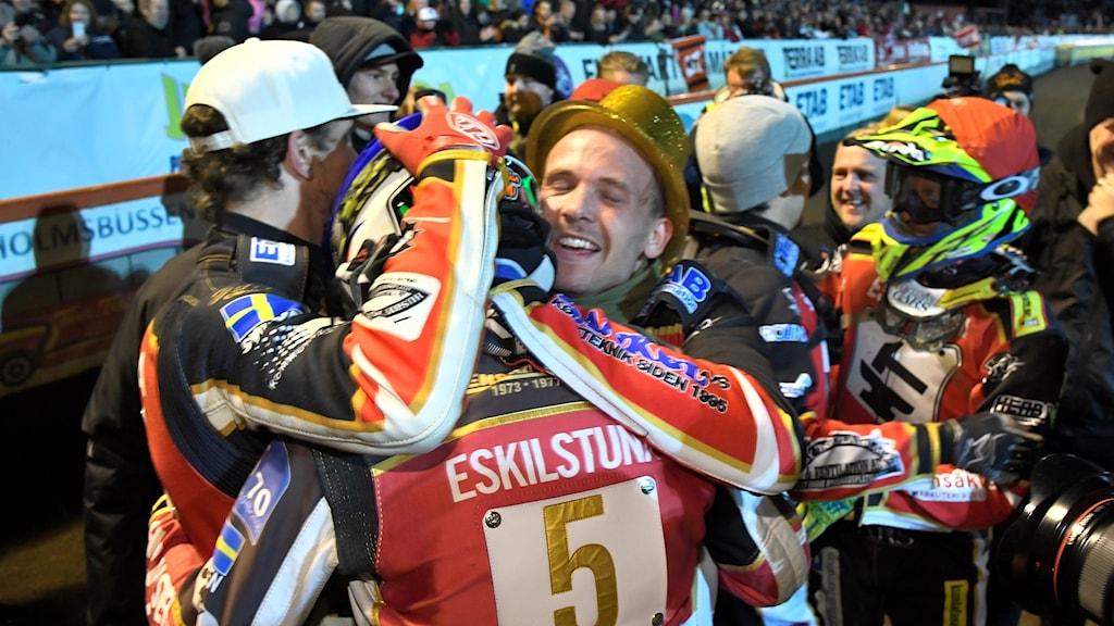 Smederna firar att de är svenska mästare i speedway för andra året i rad.