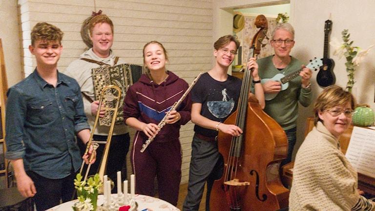 Familjen Lindholm, från vänster Elias, Nils, Nora, Hannes, pappa Samuel och mamma Annelie
