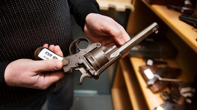 Man håller i revolver