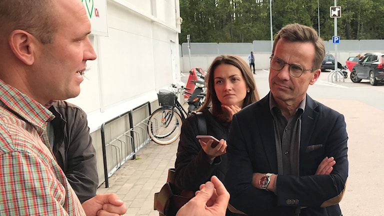 Moderaterledaren Ulf Kristersson i samtal tillsammans med ICA-handlaren Mårten Tenne i Nyköping. Också med på bilden: Kristerssons Pressekreterare Siri Steijer, Elisabeth Svantesson (M), och oppositionsrådet i Nyköping Anna af Sillén (M).
