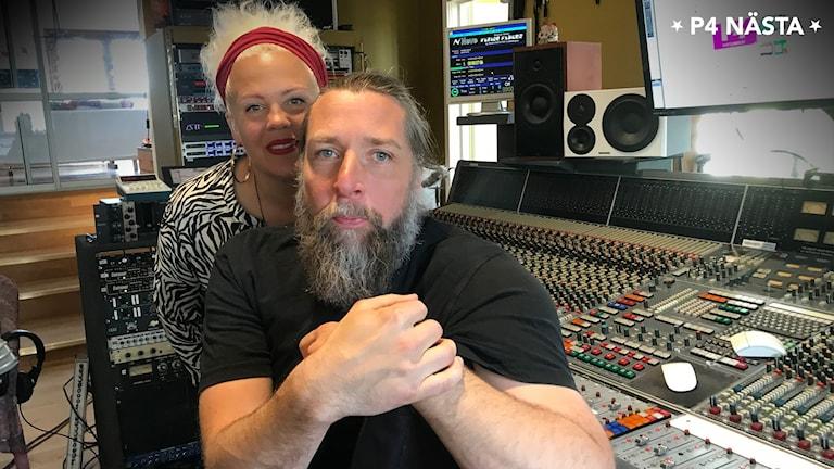 Linda Öst och Otto Wellton i en musikstudio.