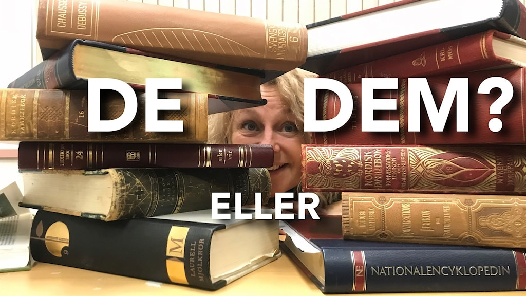 Språkexperten Lotten Bergman tittar fram bakom lexikon.