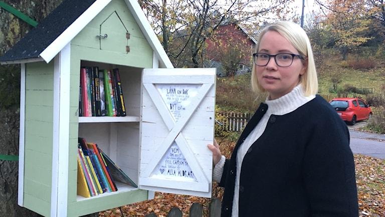 Författaren Lisa Bjärbo vid sitt bokskåp