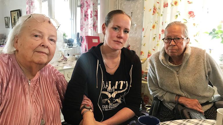 Undersköterskan Sanna Carlsson fikar ihop med brukarna Mary Karlsson och Ingrid Knutsson Karlsson