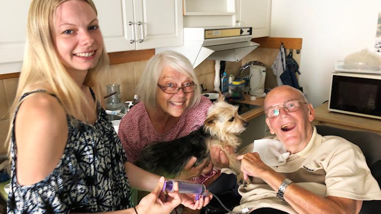 """2006, när Lars Nyberg var 61 år, fick han diagnosen PLS, Primär lateral skleros. Det är en neurologisk sjukdom och en variant av ALS. Lars har drabbats av muskelsvaghet och han har tappat talet. Svårigheten att svälja har gjort att han får sin föda genom sondmatning. Lars nära vän och tidigare sambo, Inger Bådal, har tillsammans med sin dotter Rigmor sammanställt materialet till boken """"Mina självupplevda äventyr"""" som visar vem Lars var innan sjukdomen och hur han lever idag. Boken har varit till stor nytta för hemtjänstpersonalen som träffar Lars fler gånger varje dygn. Den ger förståelse för hur en svår sjukdom kan påverka den drabbade."""