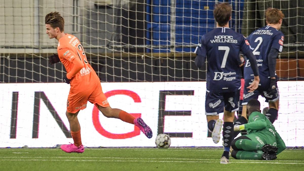 AFC:s Wilhelm Loeper jublar efter ett mål.
