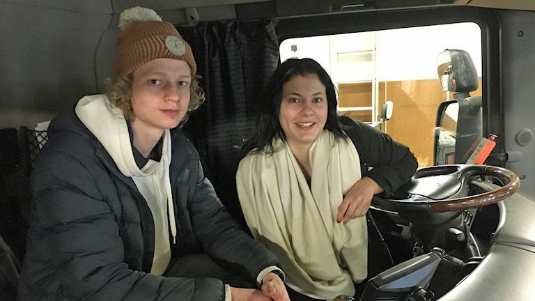Johannes Alm och Evelina Johansson i en lastbil.