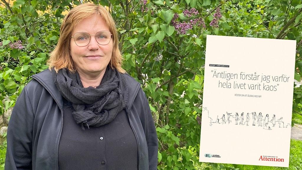 Kvinna står framför en syrénbuske