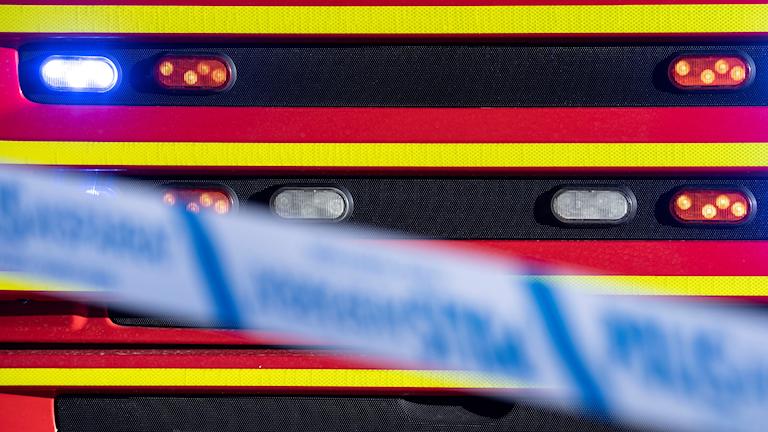fronten på en brandbil och ett blått avspärrningsband