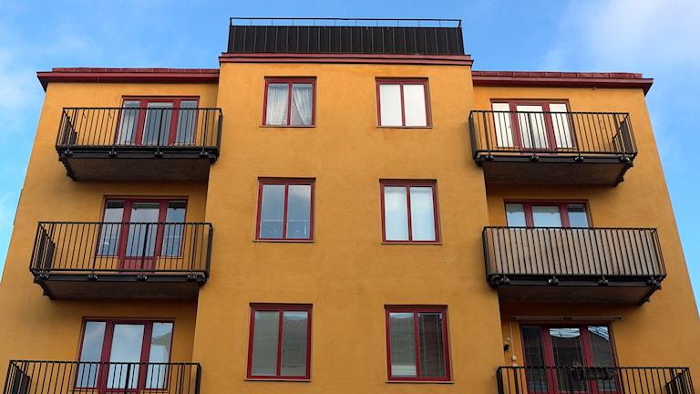 En bostadsfastighet i brunt. Foto: Hasse Holmberg/TT.