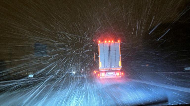 Lastbil i snöyra