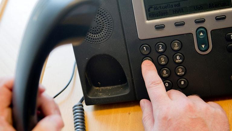 en person ringer på en telefon
