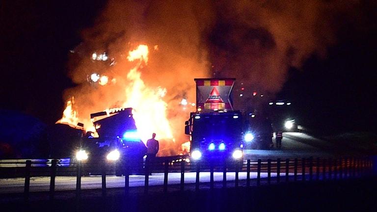 Lastbil brinner på E4. Foto: Pontus Stenberg.