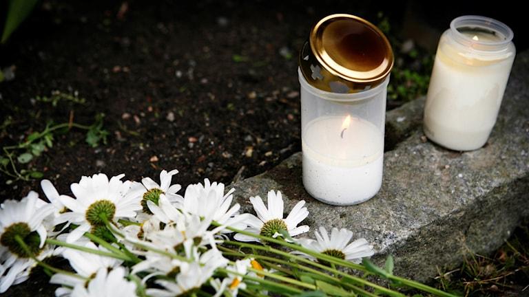 Nyköping, dagen efter polismordet 20 juni 2007. Blommor och gravljus. Foto: Caroline Tibell/TT.
