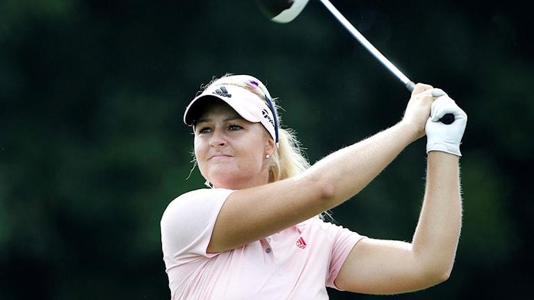 Anna Nordqvist följer bollen på andra hålet under touren i Malaysia.