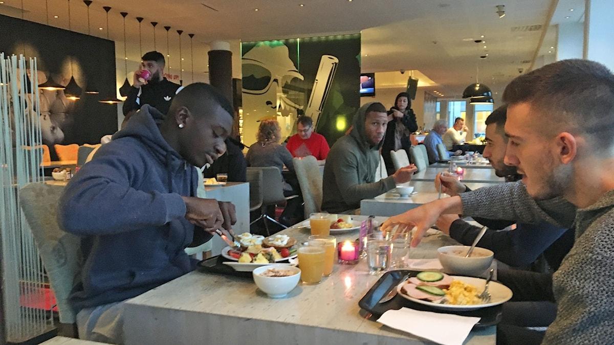 Spelarna i AFC Eskilstuna äter frukost på hotell i Eskilstuna. Foto: Henrik Säll/Sveriges Radio.