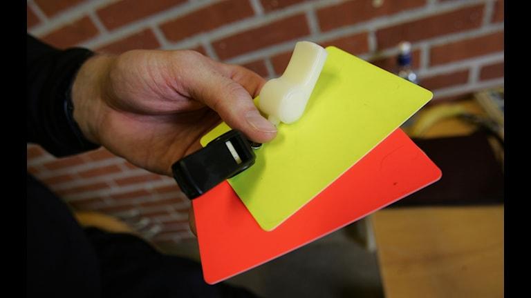 Fotbollsdomare, visselpipa, gult kort, rött kort.