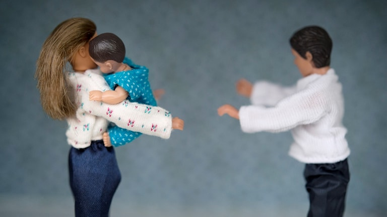Dockor som bråkar om barn