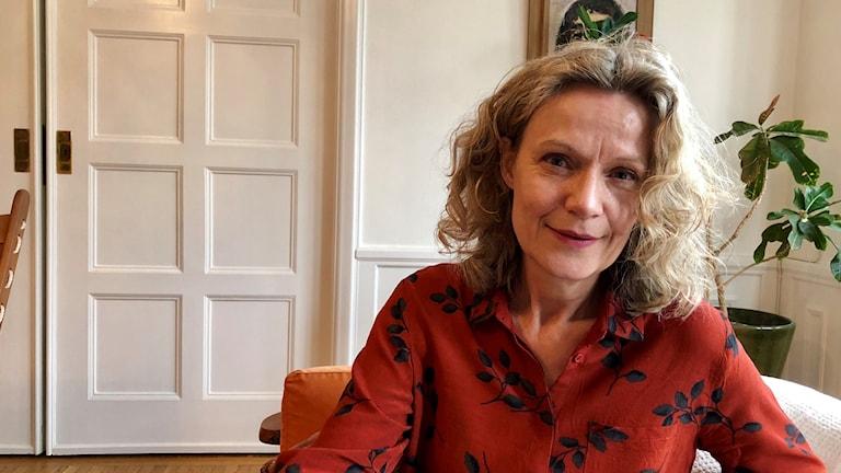 Kvinna i blus och lockigt hår