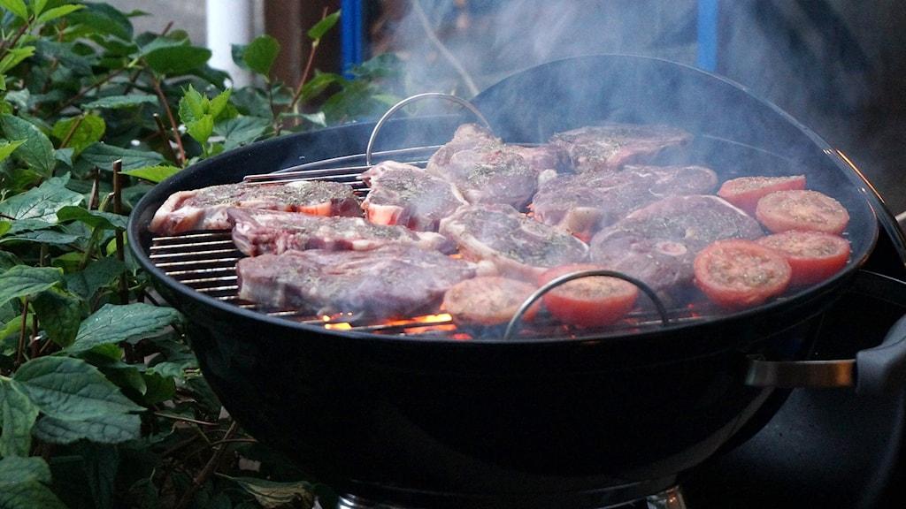 En grill med kött på.