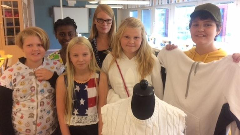 Textilkonstnär Johanna Törnqvist med elever.