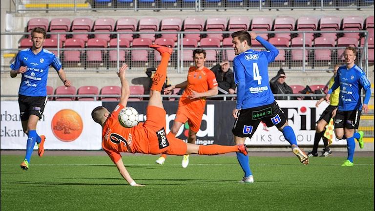 AFC Eskilstunas Sasa Matic i duell med Ivo Pekalski i det mållösa nykomlingsmötet.