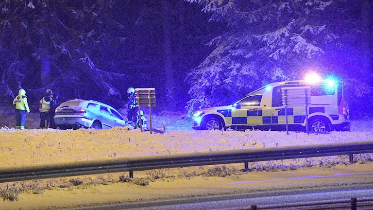 Väg har åkt ner i diket på E4 vid Hållet utanför Nyköping. Det snöar och räddningspersonal är på plats. Foto: Pontus Stenberg.