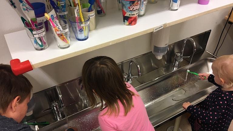 Barn borstar tänderna.