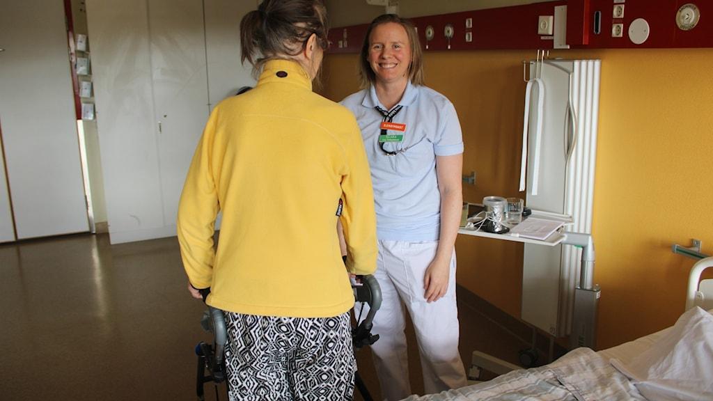 Ryggtavlan på en patient och Klara Karlsson.