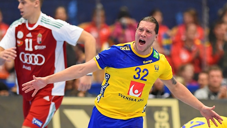 Sveriges Mattias Zachrisson jublar efter mål under lördagens landskamp i handboll mellan Sverige och Ungern i Kinnarp Arena, Jönköping. Foto: Mikael Fritzon/TT.