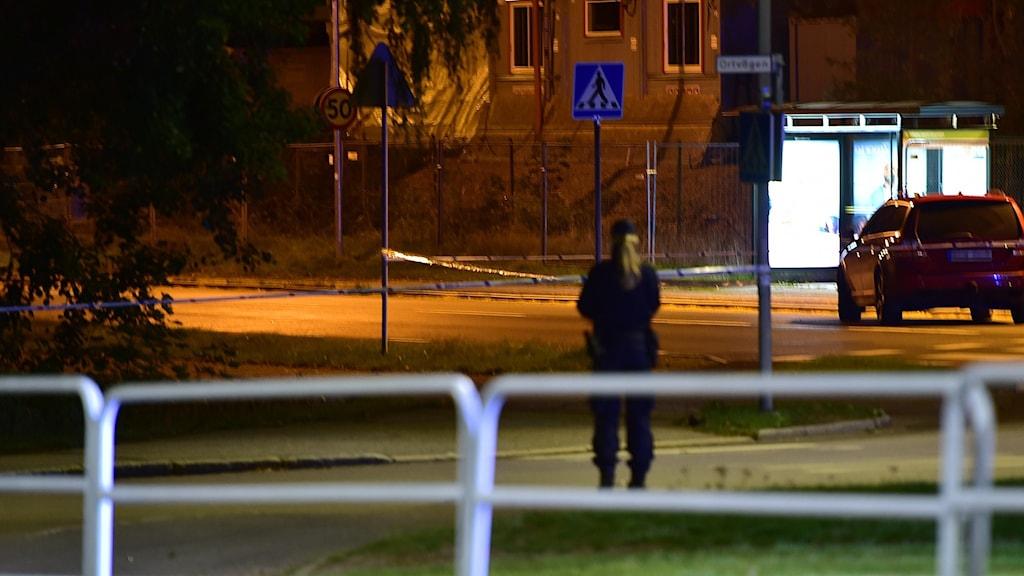 Polisen arbetar på platsen i Brandkärr i Nyköping där en man i 20-årsåldern sköts till döds under torsdagskvällen. Foto: Pontus Stenberg.