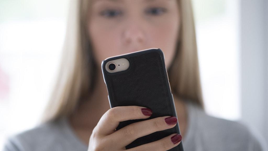 Flicka med mobil.