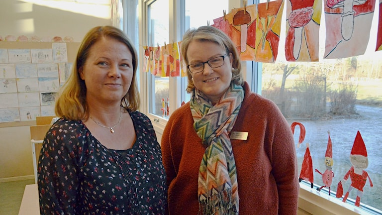 Malin Hoffman och  Nina Jansson i ett klassrum