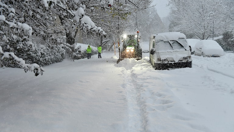 En plogbil plogar bort snö på en gata i centrala Stockholm 9 november. Huvudstaden har bomaderats av snö under natten. Foto: Anders Wiklund/TT.
