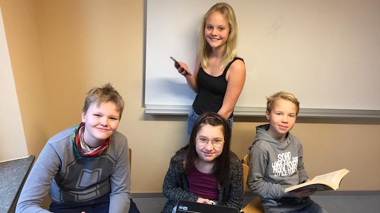 Eleverna Ami Thorell (stående), Cazper Mars, Isabella Gyllenhammar och Maximilian Törnkvist. Alla går  i klass 5B på Vitalisskolan iTrosa.
