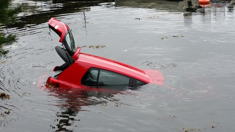 Bil i vattnet