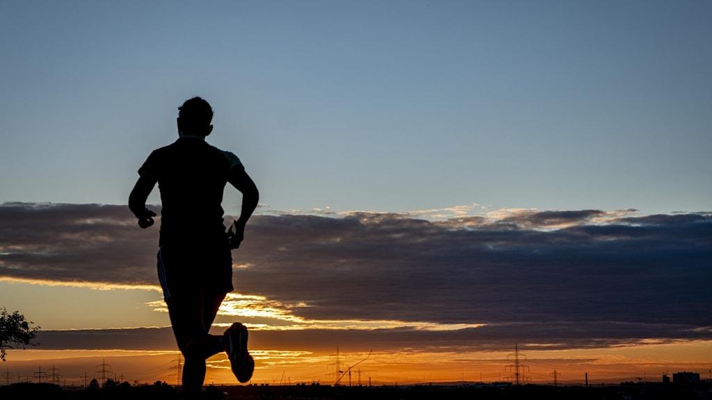 Någon springer i morgonsol.