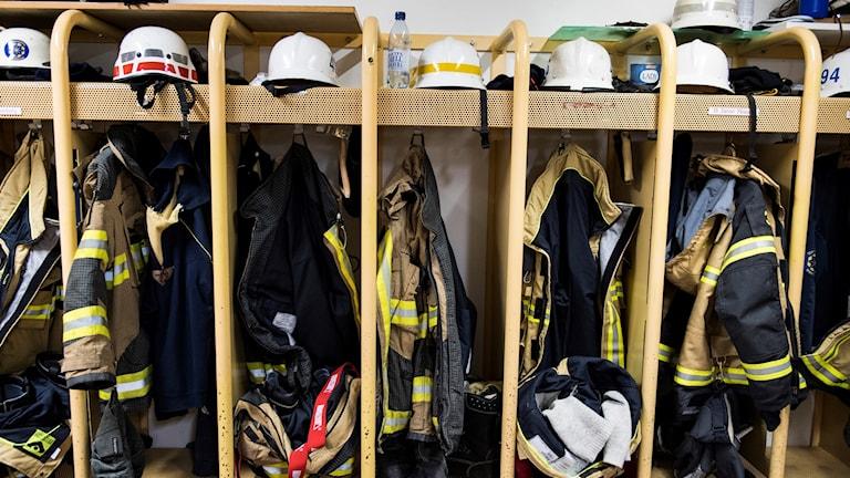 Brandhjälmar och utrustning på hyllor