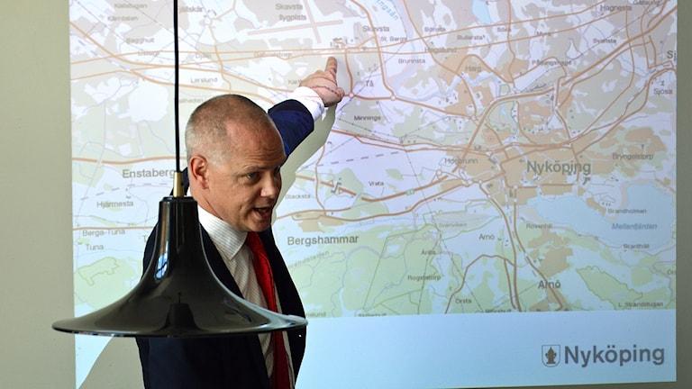 Urban Granström pekar på en karta.
