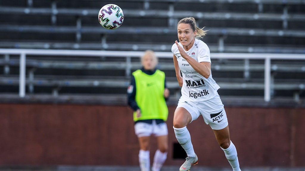 Felicia Rogic i Eskilstuna United, jagar bollen.